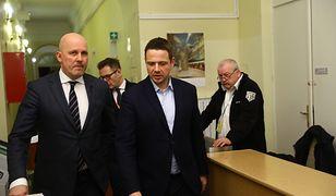 Prezydent Warszawy Rafał Trzaskowski oraz p.o. dyrektora Biura Bezpieczeństwa i Zarządzania Kryzysowego Michał Domaradzki w drodze na posiedzenie sztabu kryzysowego