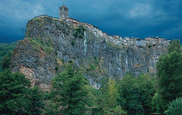 Atrakcje Hiszpanii: Castellfollit de la Roca