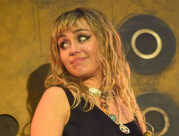 """Miley Cyrus została zaatakowana! Nachalny """"fan"""" przyciągnął ją do siebie i pocałował (WIDEO)"""