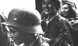 """W trakcie niemieckiej okupacji wiele kobiet wykazało się ponadprzeciętną odwagą. Na zdjęciu do obiektywu uśmiecha się Henryka Zarzycka-Dziakowska z Batalionu """"Parasol""""."""