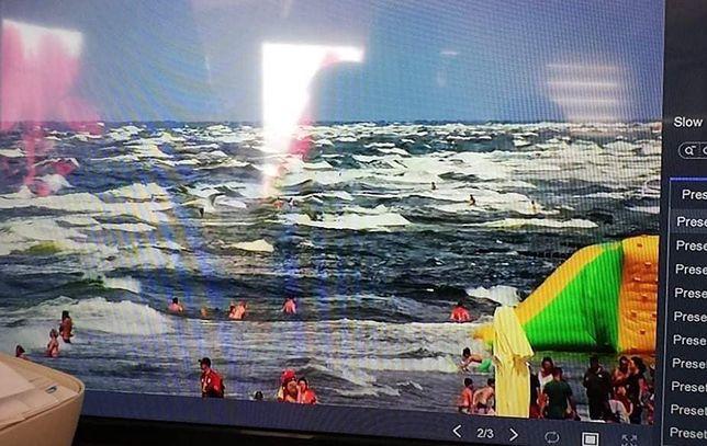 Bałtyk. Ratownicy WOPR obserwowali na monitoringu, jak mimo czerwonej flagi i wysokich fal plażowicze beztrosko wchodzili do wody