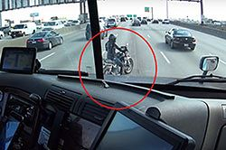 #dziejesiewmoto [366]: pomocny kierowca, o włos od wypadku i wyścig z motocyklem