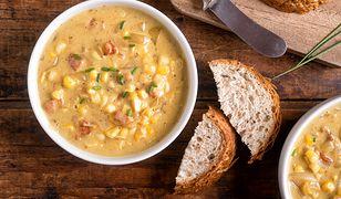 Zupę kukurydzianą podajemy z kleksem kwaśnej śmietany, posypaną posiekaną natką pietruszki, szczypiorkiem albo kolendrą