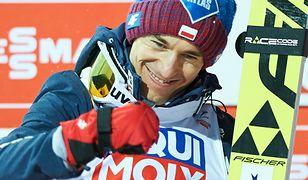 Skoki narciarskie 2019 na żywo. Zdj. Kamil Stoch podczas ceremonii medalowej konkursu drużynowego MŚ w Lotach w Oberstdorfie (21.01.2018 r.)