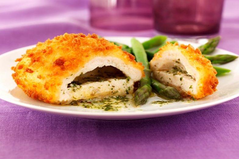 Kurczak po kijowsku. Łatwy przepis na błyskawiczny obiad