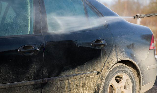 Brudny samochód może sporo kosztować