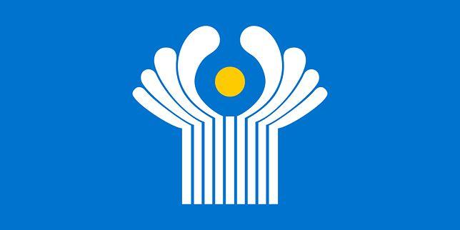 Flaga Wspólnoty Niepodległych Państw przez kolor błękitny nawiązuje do pokoju; funkcjonuje ona od 1996 roku