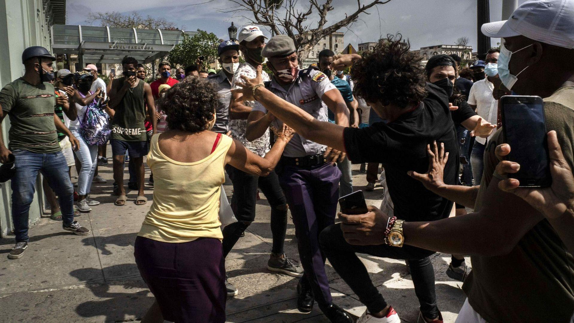 Starcia policji i demonstrantów podczas manifestacji. Hawana, 11 lipca 2021 roku