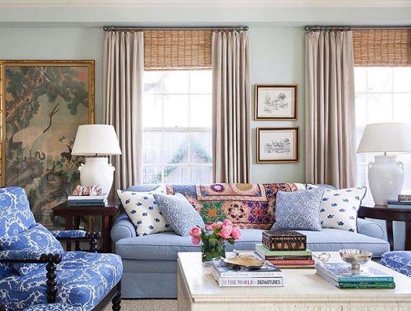 Klasyczny pokój dzienny dzięki dodatkom może być kolorowym i dynamicznym wnętrzem
