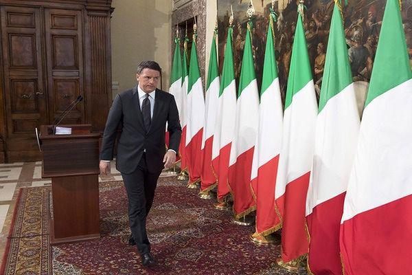 Premier Renzi występuje w swojej kancelarii tylko na tle włoskich flag