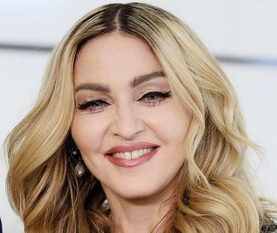 Pomarszczone dłonie i wygładzona twarz: Madonna w Tokio