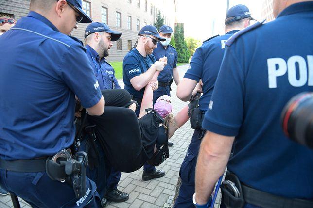 Policja zatrzymała jedną z osób manifestujących we Wrocławiu