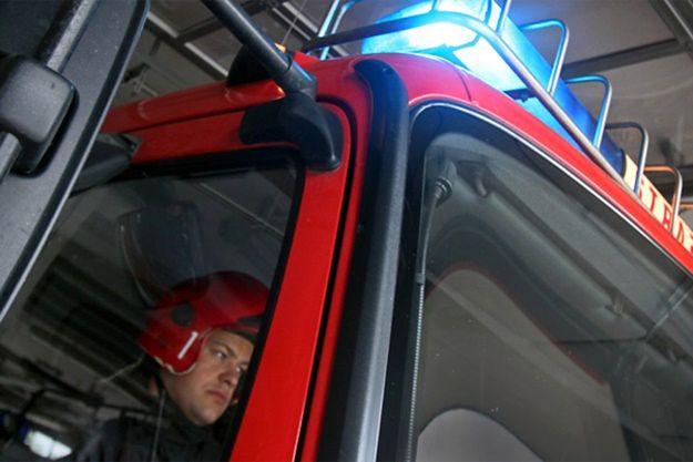 Strażacy musieli używać sprzętu pneumatycznego, by wyjąć pasażera z zakleszczonego auta