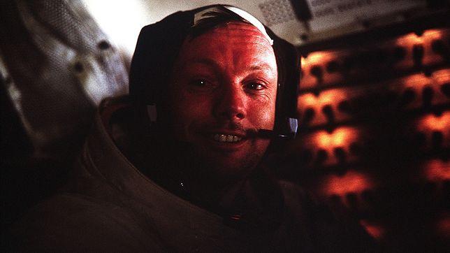 Neil Armstrong na pokładzie lądownika Orzeł, po lądowaniu na Księżycu