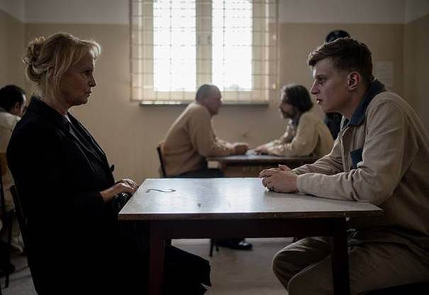 """""""Gęsty, punkowy film"""", czyli po co młodym ludziom opowieść o stanie wojennym? """"Autsajder"""" w kinach od 13 grudnia"""