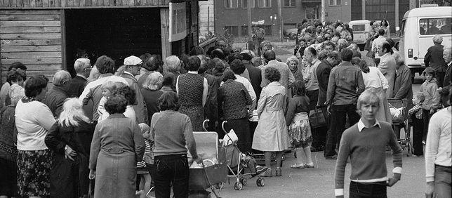 Kolejka po słodycze pod łódzkim Centralem - Spółdzielczym Domem Towarowym. 27 lipca 1981 r.