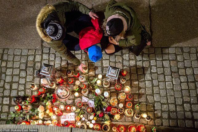 Oficjalnie żałoba narodowa została w całym kraju wprowadzona w piątek. Nieoficjalnie - trwała od niedzielnego wieczora