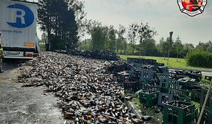Czarlin. Setki litrów piwa na drodze. Cenny ładunek spadł z TIR-a