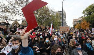 Znak błyskawicy. Symbol Strajku Kobiet, ale i Szarych Szeregów