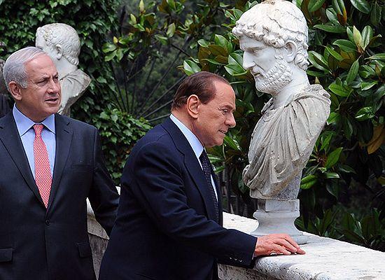 Włosi głosują, Berlusconi z 25-latką - zdjęcia nie kłamią