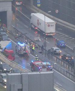 Katowice. Koszmarny wypadek TIR-a w tunelu. Kierowca wypadł przez szybę