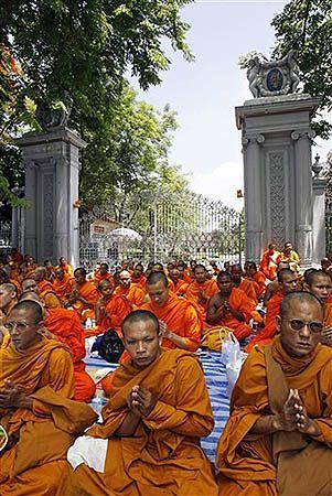 Mnisi blokują ulice, by wpisano buddyzm do konstytucji