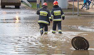 Podtopienia po ulewach. Woda wokół szpitala w Elblągu