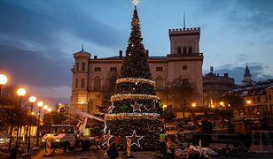 Bielsko-Biała. Miasto stroi się na święta Bożego Narodzenia. Choinka już stoi