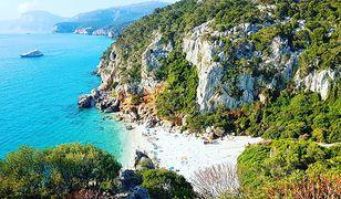 Wybrzeże Sardynii z pięknymi plażami jest niezwykle urozmaicone