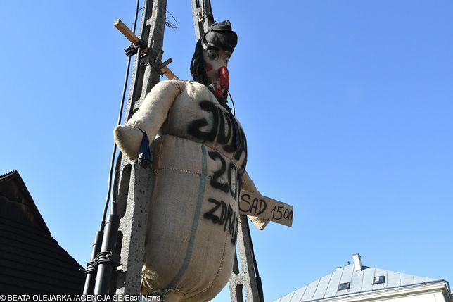 Kukła Judasza powieszona na słupie w Pruchniku