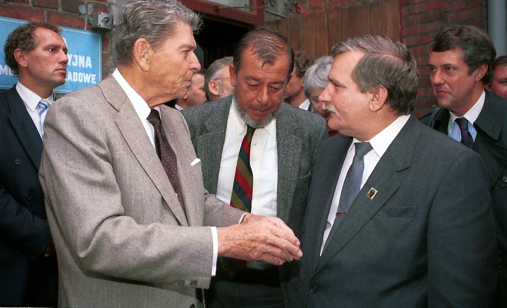 Wizyta Ronalda Reagana w Polsce, rok 1990. Pierwszy z prawej ambasador USA Thomas Simons