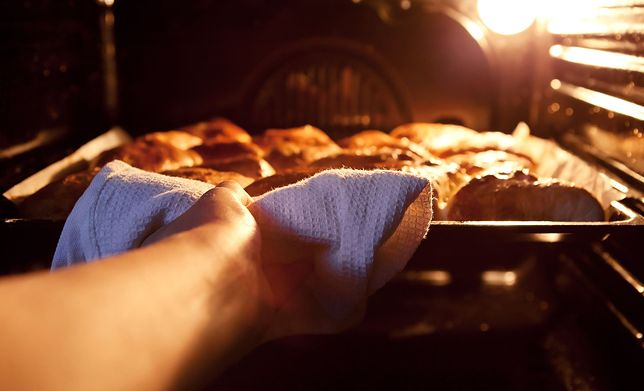 Pieczenie polega na ogrzaniu potrawy w piecu lub piekarniku w środowisku odpowiednio nagrzanego powietrza