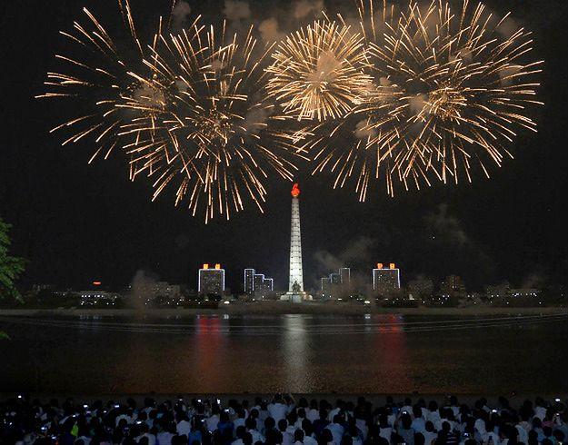 Tegoroczny pokaz sztucznych ogni w Pjongjangu z okazji 70. rocznicy wyzwolenia Korei spod japońskiej okupacji