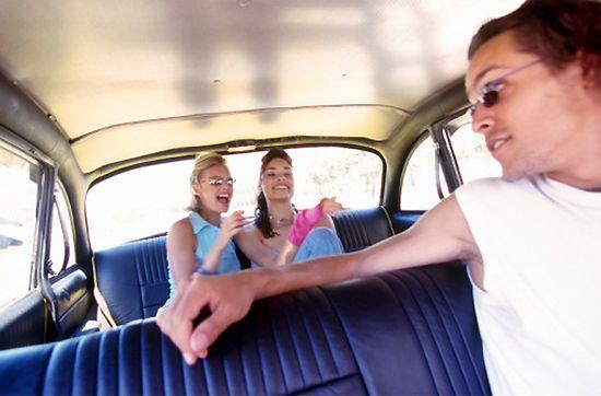 Facet w szlafroku w taksówce: do agencji, proszę...