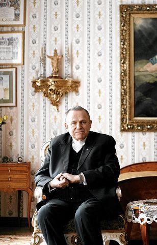 Ks. Henryk Jankowski w swoim mieszkaniu