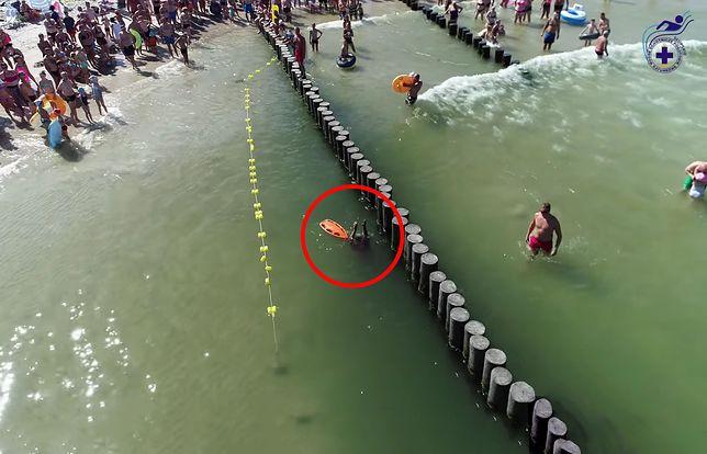 Pokaz ratowników WOPR na plaży w Ustce - niebezpieczeństwo przy falochronach
