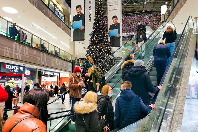 Tłumy na przedświątecznych zakupach