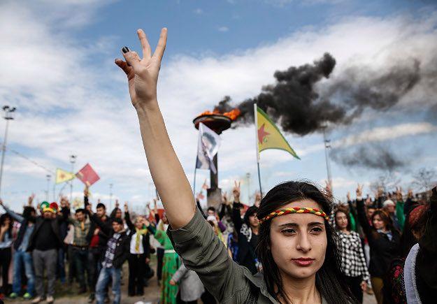 Tureccy Kudowie świętują Newroz; Diyarbakir, marzec 2015 r.