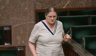 Krystyna Pawłowicz nie przejmuje się wymiętą sukienką