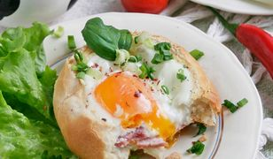 Bułeczki zapiekane z jajkiem, szynką i mozzarellą