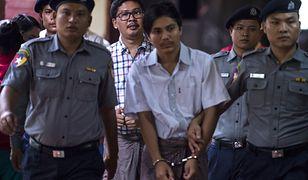 Zatrzymani dziennikarze Agencji Reutera- Soe Oo (z przodu) i Wa Lone (z tyłu) w eskorcie policji.