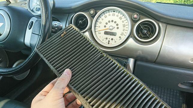 Wymiana filtra kabinowego zajmuje nie więcej niż pięć minut, a zlikwiduje przykry zapach i ilość zanieczyszczeń w kabinie