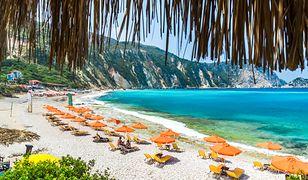Plażę Petani charakteryzuje kameralna atmosfera oraz nieprawdopodobnie niebieska woda