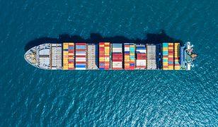 Statek kontenerowy w drodze do portu