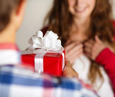 Kobieta otrzymuje prezent