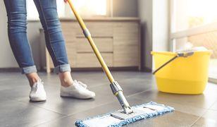 Domowe porządki: jak umyć podłogę drewnianą, z paneli lub płytek?