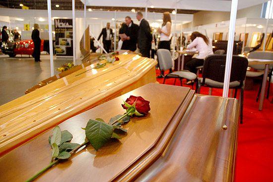 Jak widać moda rządzi światem nie tylko żywych. Okazuje się, że modny może być również pogrzeb.