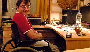 Adam Bogacki w swoim mieszkaniu