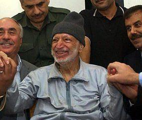 Jaser Arafat w otoczeniu swoich lekarzy