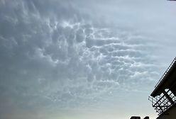Chmury mammatus. Niezwykłe zjawisko na niebie w Warszawie. Zwiastują jedno. Zobacz zdjęcia